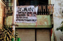 Salah satu spanduk aksi #GejayanMemanggil yang tertempel di lantai dua sebuah rumah pada Senin, (23/09). Journal/Bayu Utomo