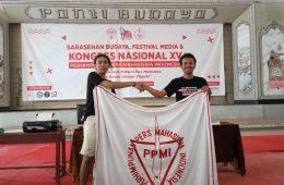 Rahmat Ali (kanan) demisioner Sekjend Nasional PPMI periode 2019/2020 bersama Sekjend Nasional PPMI terpilih, Made Aristya Kerta Setiawan saat serah terima jabatan dengan memegang atribut PPMI.